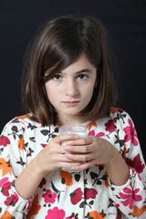 bambina beve un bicchiere di latte