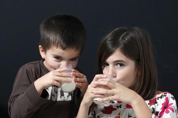 due bambini bevono bicchiere di latte