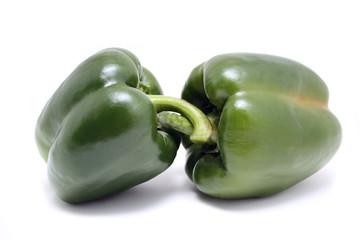 Zwei frische grüne Paprika