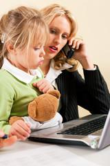 Geschäftsfrau und Mutter ist doppelt belastet