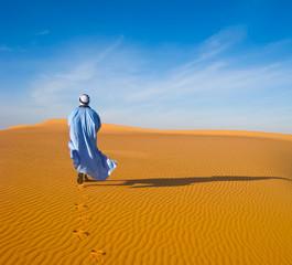 Homme marchant dans le désert