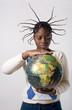 jeune femme noire tient un globe terrestre montre l'Afrique
