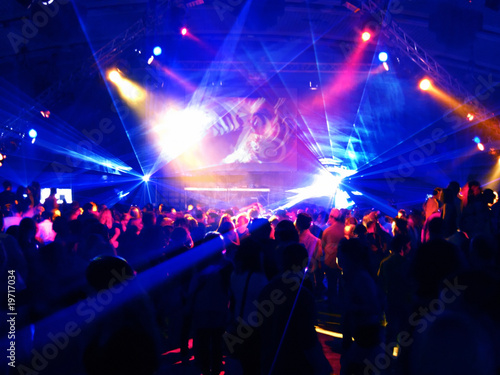 Leinwanddruck Bild Dancing people in a disco