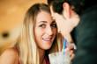 Paar im Restaurant trinkt Michshake