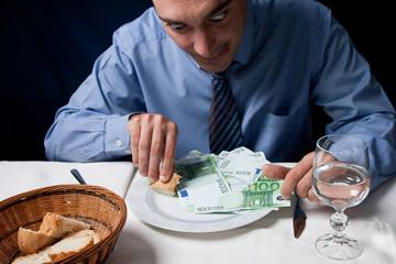 Disfrutando de un plato de euros