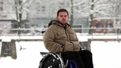 junger Rollstuhlfahrer im Park