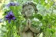 Skulptur eines betenden Jungen