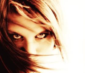 Frau mit Haaren im Gesicht und bösem Blick