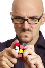 skeptischer Mann mit rubikcube