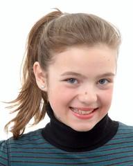 Ein Mädchen lächelt in die Kamera.Sample text.