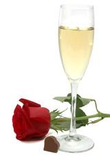 Copa de champagne y rosa roja