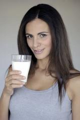 donna che assapora il latte