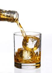 Sirviendo whisky.