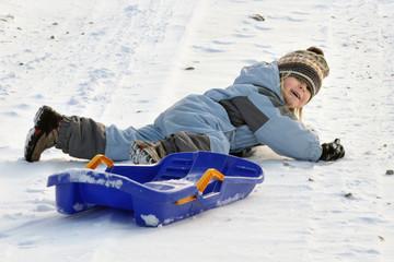 Kind mit Bob im schnee