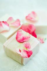ピンクの石鹸と花びら