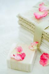石鹸とタオルと花びら