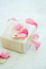 バラの花びらと石鹸