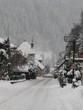 Rue d'un village de montagne sous la neige