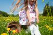 Kind jagt den Osterhasen