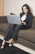 Hübsche Frau mit Laptop surft im Internet