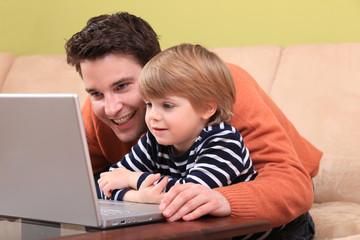 Vater und Sohn am Laptop