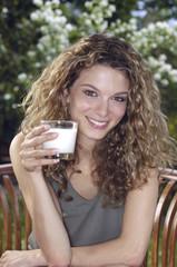 donna con bicchiere di latte
