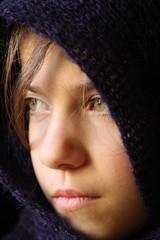 Giovane modella guarda fuori dalla finestra