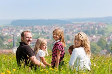 Familie auf Wiese im Frühling oder Frühsommer