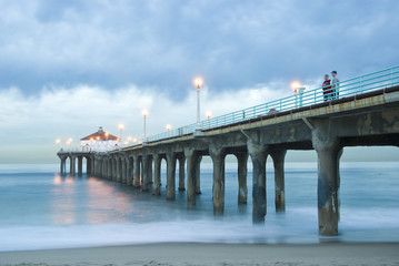 manhattan beach pier at early dawn
