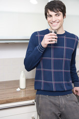 junger mann trinkt milch