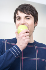 junger mann isst apfel