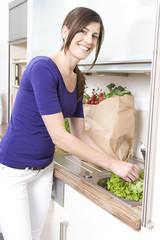 frau wäscht salat