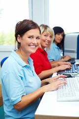 Drei Frauen am PC