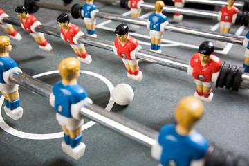 Tischfussball mit blauen und roten Spielern
