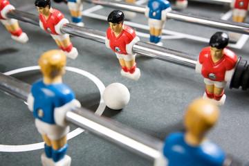 Kickertisch mit blauen und roten Spielern