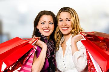 Zwei Freundinnen mit Einkaufstüten