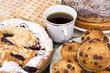 Kuchen mit Muffins und Kaffe