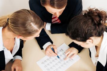 Geschäftsleute arbeiten an einem Spreadsheet