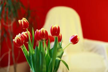 rote Tulpen im Wohnzimmer