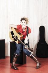 jeune femme guitariste en mouvement