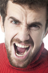 visage de jeune homme en colère