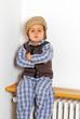 Kind mit Mütze auf Heizung