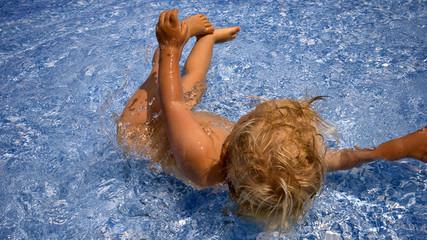 Kind Wasser fallen