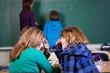 2 schülerinnen machen quatsch im unterricht