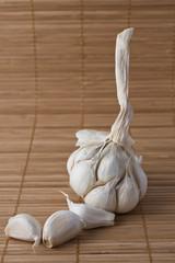 Dientes de ajo sobre estterrilla de paja