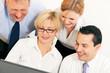 Businessteam arbeitet an einem Computer
