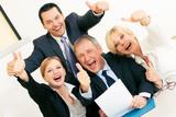Geschäftsleute im Büro feiern großen Erfolg