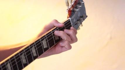 doigts sur le manche de la guitare électrique