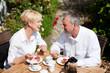 Älteres Paar beim Kaffee auf Veranda