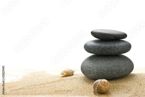 Papiers peints Zen pierres a sable galets zen et sable fin isolé sur fond blanc avec coquillages